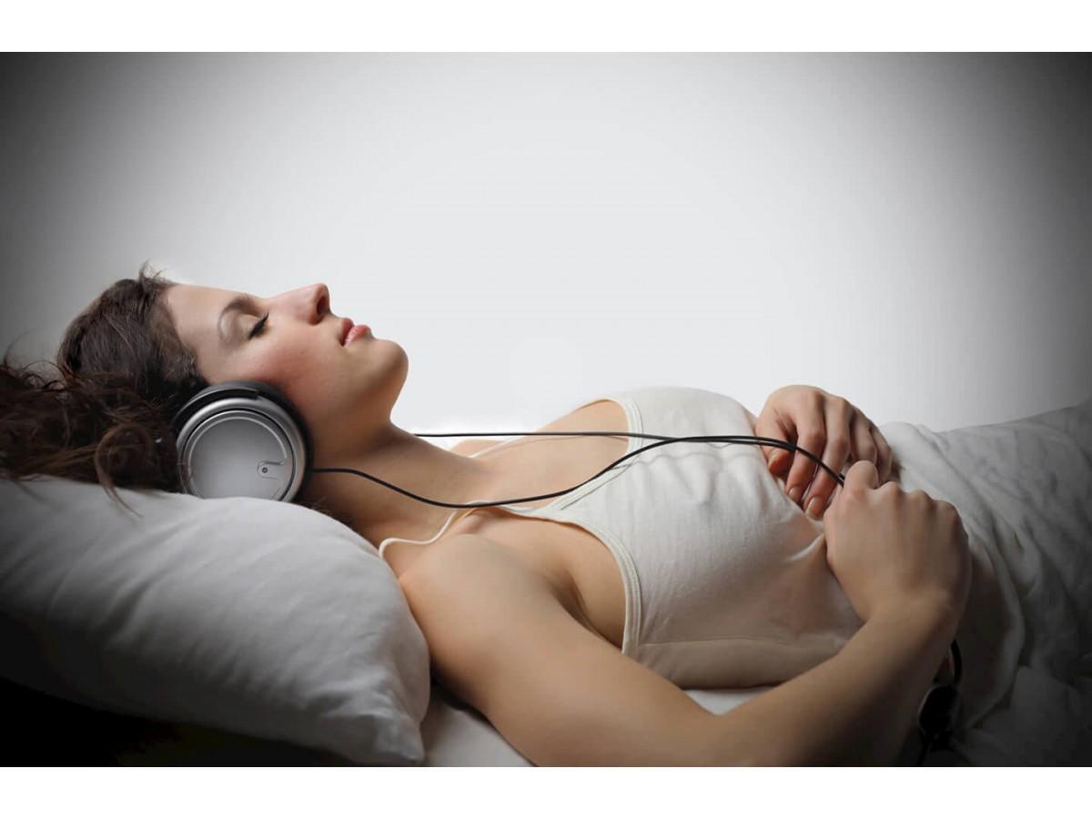 Засыпание под музыку – помощь или беспокойство?